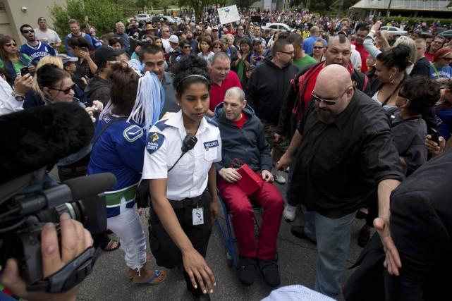 Une foule accueille Gino Odjick à sa sortie... (Photo Darryl Dyck, Archives La Presse Canadienne)