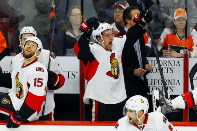 Mark Stone célèbre au banc des siens à... (PHOTO TOM MIHALEK, AP)