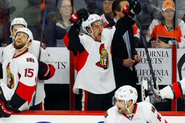 Mark Stone célèbre au banc des siens à... (Tom Mihalek, Associated Press)