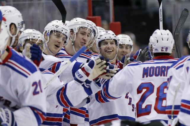 Les Rangers (53-22-7), qui ont obtenu le trophée... (PHOTO ALEX BRANDON, AP)
