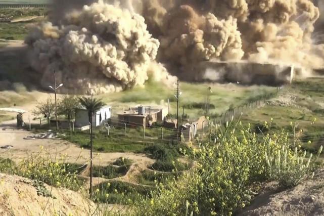 Image tirée d'une vidéo publiée par l'EI et... (AFP)