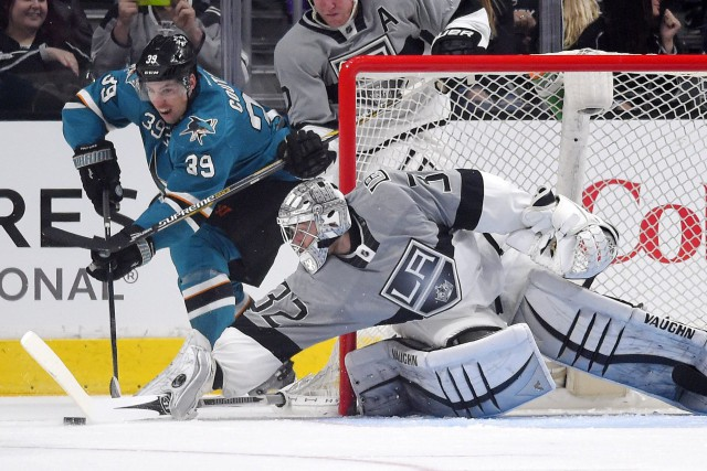 Le gardien Jonathan Quick bloque une tentative d'attaque... (PHOTO MARK J. TERRILL, AP)