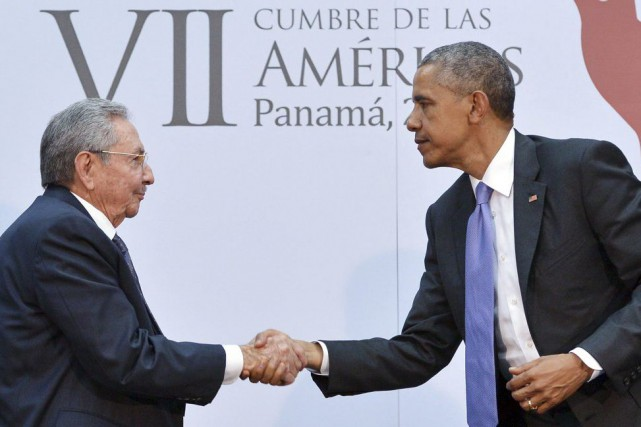 Barack Obama sert la main de Raúl Castro lors... (PHOTO MANDEL NGAN, ARCHIVES AFP)