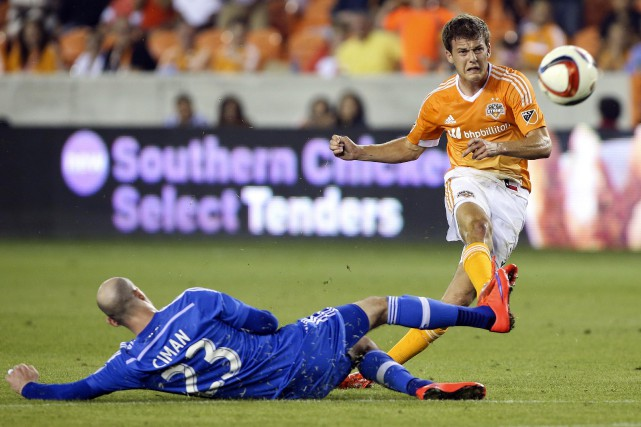 Rob Lovejoy, du Dynamo, déjoue le défenseur Laurent... (Photo Troy Taormina, USA Today)