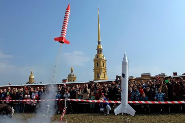 En ce «jour de l'Espace», des fusées ont... (PHOTO DMITRY LOVETSKY, ASSOCIATED PRESS)