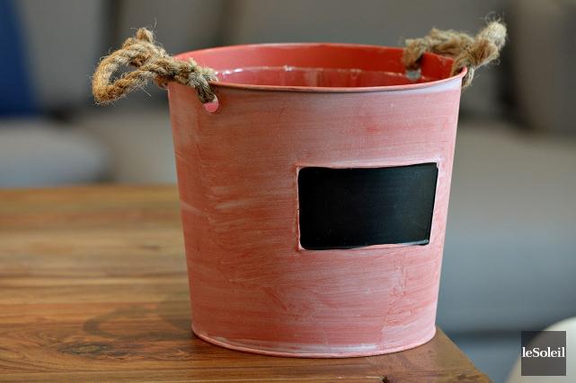 Un cache-pot d'allure rustique couleur corail, chez Zone.... (Le Soleil, Patrice Laroche)