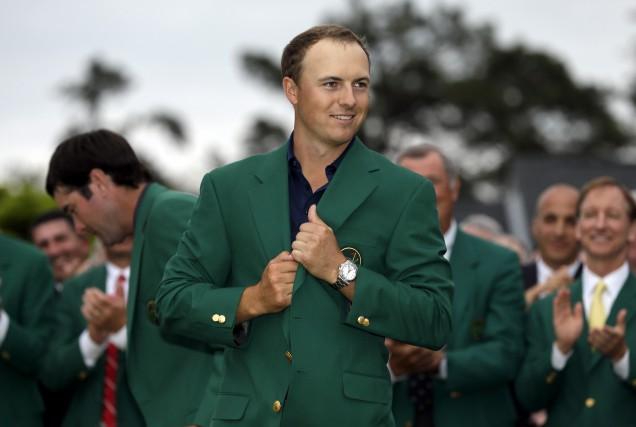 Jordan Spieth enfile le veston vert après avoir... (Archives AP)