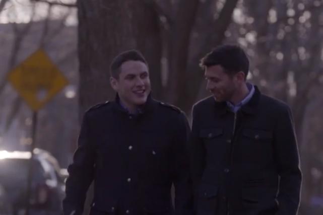 La présence d'un couple d'hommes dans des publicités... (Image tirée de YouTube)