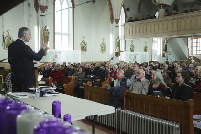 Environ 200 personnes ont envahi samedi l'église Saint-André... (photo Catherine Trudeau)