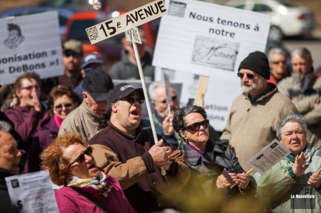 Environ 200 personnes se sont rassemblées dimanche sur... (Photo: Olivier Croteau, Le Nouvelliste)