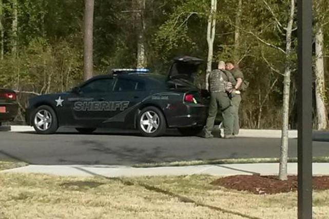 Des policiers se préparent à entrer sur le... (PHOTO NYDAILYNEWS.COM)