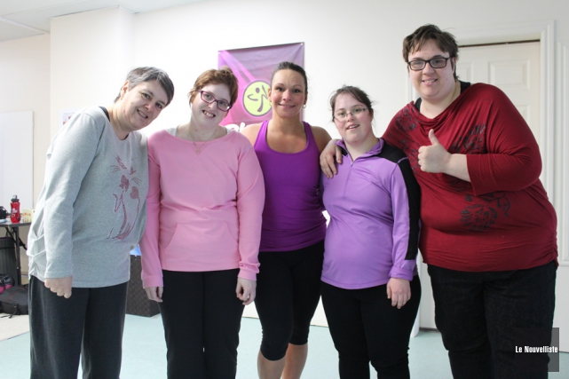 Nancy Daunais (au centre) est entourée des participantes... (Photo: Audrey Tremblay, Le Nouvelliste)