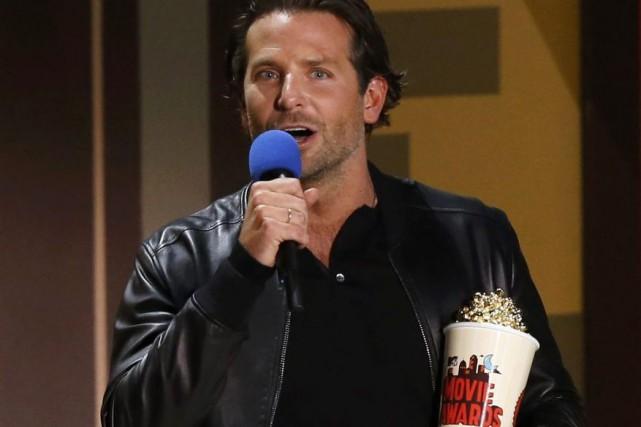 Bradley Cooper reçoit son prix.... (Photo: Reuters)