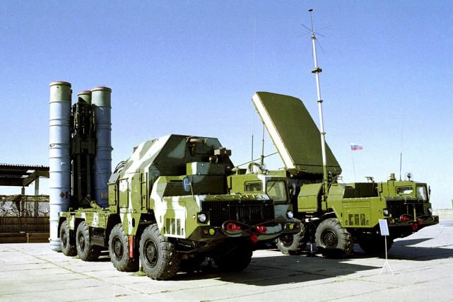 Un système de missiles anti-aériens russesS-300, quelque part... (PHOTO ARCHIVES AP)