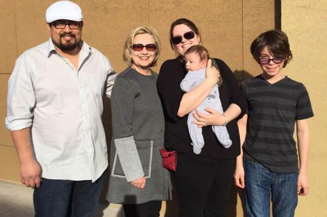 Cette photo d'Hillary Clinton en compagnie d'une famille... (PHOTO TIRÉE DE TWITTER/HILLARY CLINTON)
