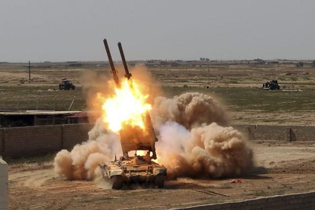 L'armée irakienne lancent des roquettes contre les positions... (PHOTO KHALID MOHAMMED, ARCHIVES AP)