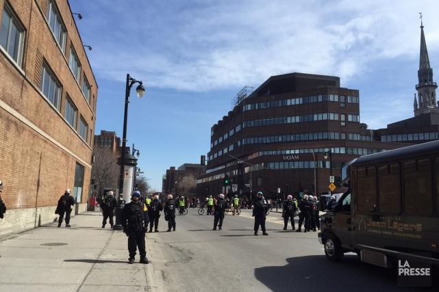 Les manifestants à pied, qui s'étaient massés sur... (Photo Martin Chamberland, La Presse)