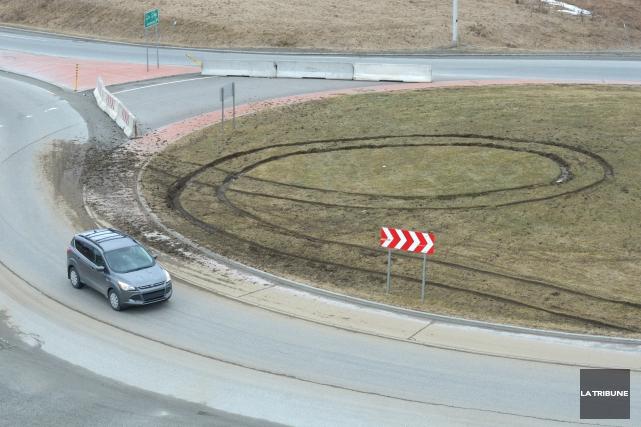 Un conducteur s'est vraisemblablement amusé à saccager les carrefours... (Imacom, Maxime Picard)