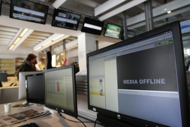 Des écrans dans les bureaux de TV5 Monde,... (PHOTO CHRISTOPHE ENA, ARCHIVES AP)