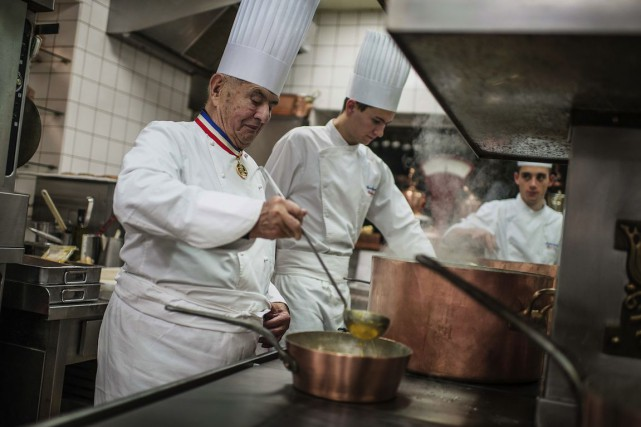 L'Institut du chef Paul Bocuse (à gauche sur... (PHOTO JEFF PACHOUD, ARCHIVES AFP)