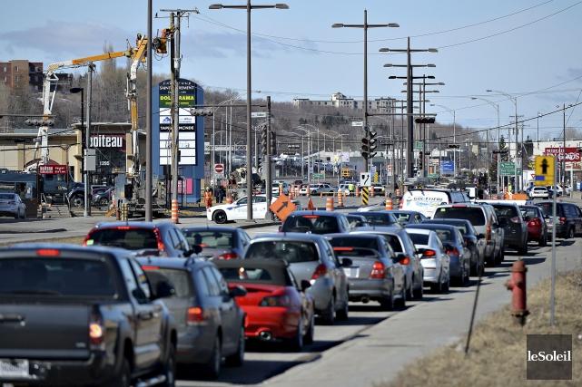 Des camions d'Hydro-Québec s'affairaient autour du poteau renversé... (Le Soleil, Patrice Laroche)