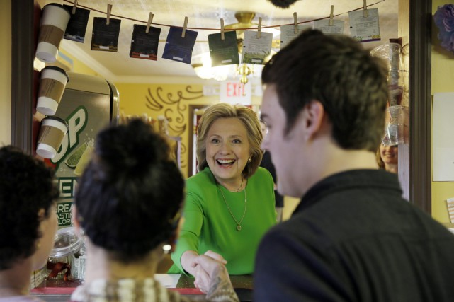 Vêtue d'une tunique verte, Hillary Clinton a commandé... (PHOTO CHARLIE NEIBERGALL, AP)