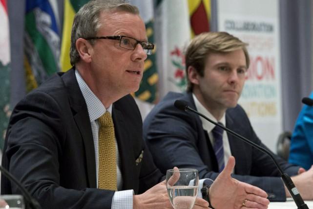 Le premier ministre de laSaskatchewan,Brad Wall (à gauche),... (La Presse Canadienne, Jacques Boissinot)