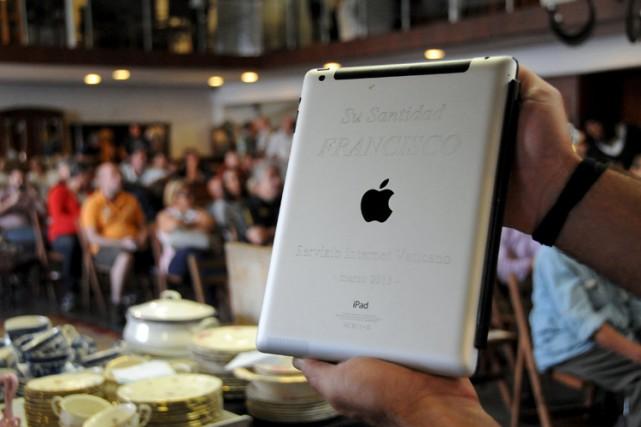 Un iPad ayant appartenu au pape François, avec certificat officiel du Vatican,... (Photo: Reuters)