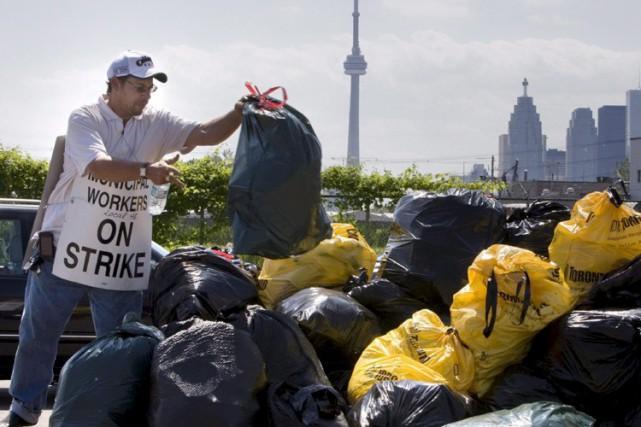 Durant cinq semaines à l'été 2009, les éboueurs... (Archives La Presse Canadienne)
