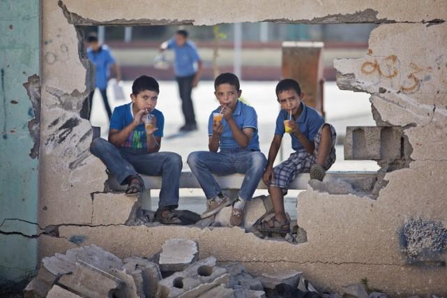 Des garçons palestiniens boivent un verre de jus... (PHOTO KHALIL HAmRA, ARCHIVES AP)