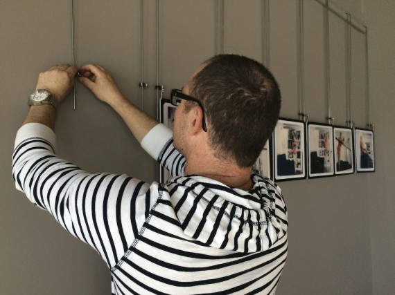 PascalRameuxs'affairait, hier, à accrocher ses oeuvres au Centre... (photo fournie)