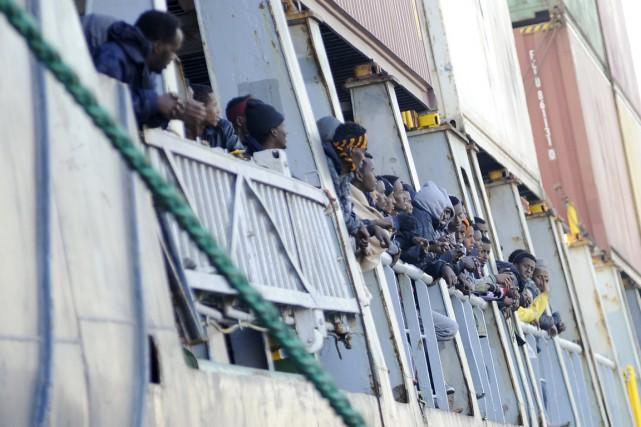 Des migrants clandestins attendent à bord d'un navire... (PHOTO GUGLIELMO MANGIAPANE, REUTERS)
