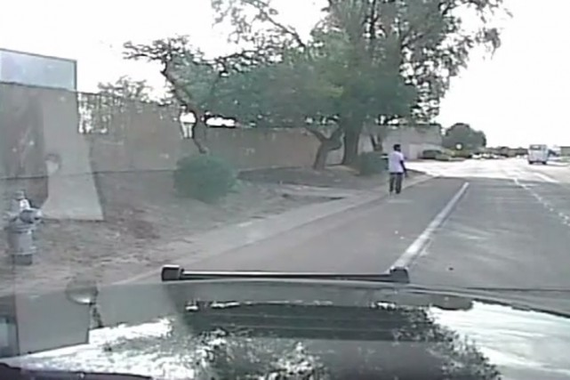 Sur une vidéo filmée par la caméra embarquée... (IMAGE TIRÉE DE LA VIDÉO, POLICE DE L'ARIZONA)