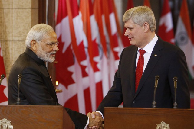 Le premier ministre indienNarendra Modi serre la main... (PHOTO COLE BURSTON, AFP)