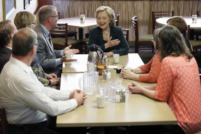 Hillary Clinton a rencontré des résidants de Marshalltown,... (PHOTO CHARLIE NEIBERGALL, AP)