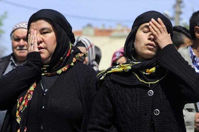 Des proches des victimes arrivent au tribunal d'Akhisar,... (PHOTO EMRE TAZEGUL, AP)