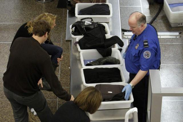 La majorité des objets saisis par les policiers et les douaniers est remise sur... (Photo AFP)