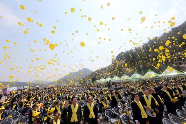 Des ballons jaunes ont été lâchés à la... (PHOTO PARK CHUL-HONG, AP/YONHAP)