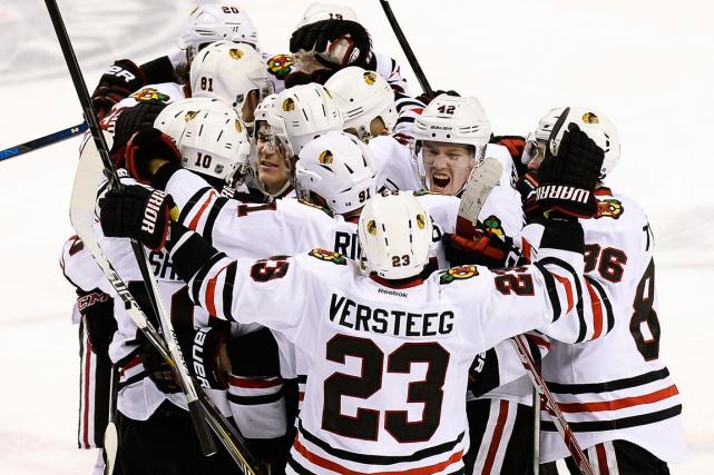 Les joueurs des Blackhakws de Chicago célèbrent après... (Photo Mark Zaleski, AP)