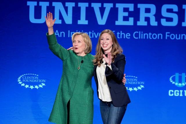 Chelsea en compagnie de sa mère Hillary, lors... (PHOTO GASTON DE CARDENAS, ARCHIVES AP)