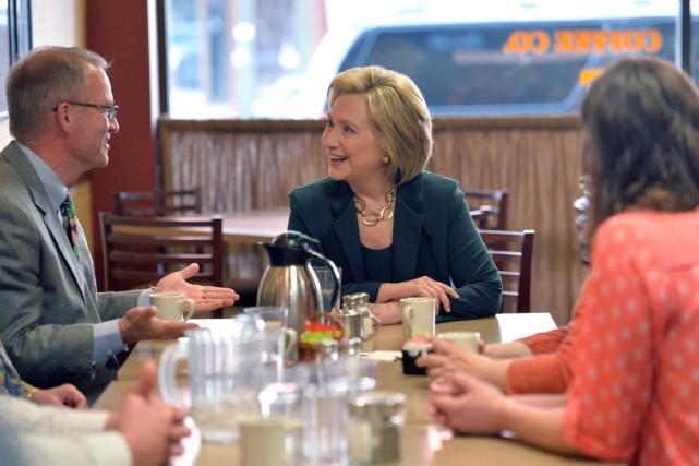 Hillary Clinton s'est arrêtée dans un café, hier,... (PHOTO MICHAEL B. THOMAS, AFP)
