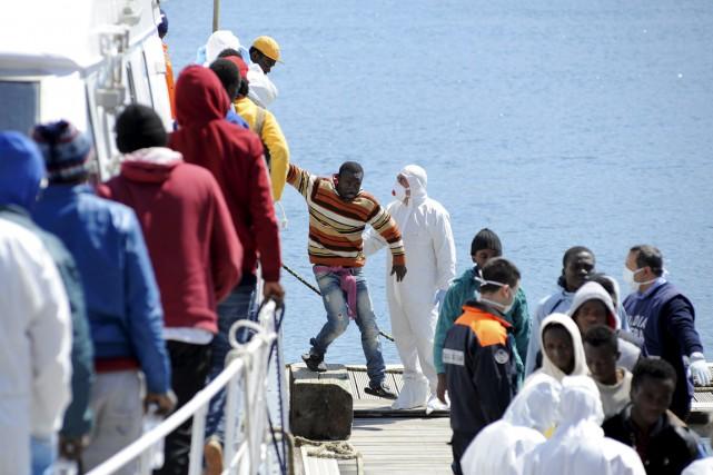 Près de 480 migrants, dont plusieurs femmes enceintes,... (PHOTO GULIELMO MANGIAPANE, REUTERS)