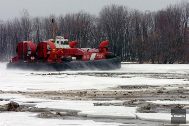 L'aéroglisseur de la Garde côtière canadienne est grandement... (Photo: François Gervais, Le Nouvelliste)