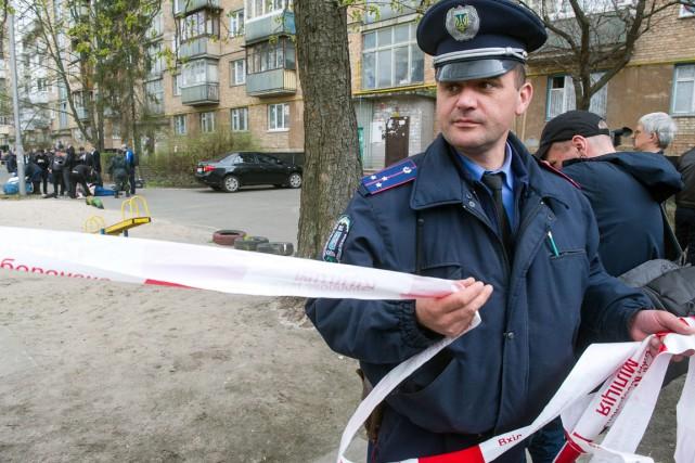 Des chaînes de télévisions ukrainiennes montraient le corps... (PHOTO VOLODYMYR SHUVAYEV, AFP)