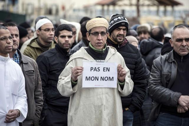 Des membres de la communauté musulmane manifestent leur... (PHOTO JEAN-PHILIPPE KSIAZEK, ARCHIVES AFP)