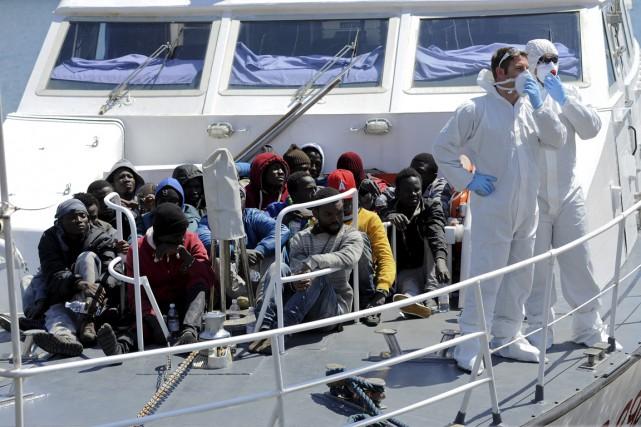 Selon les estimations, près de 1500 migrants sont... (PHOTO GULIELMO MANGIAPANE, ARCHIVES REUTERS)