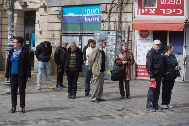 À Jérusalem, les automobilistes, le tramway,les autobus, les... (PHOTO MENAHEM KAHANA, AFP)