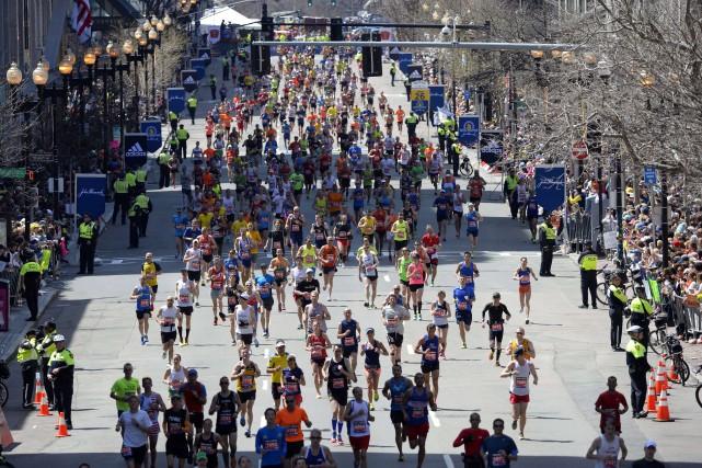 Les coureurs à la ligne d'arrivée du marathon... (Photo Timothy A. Clary, Archives AFP)