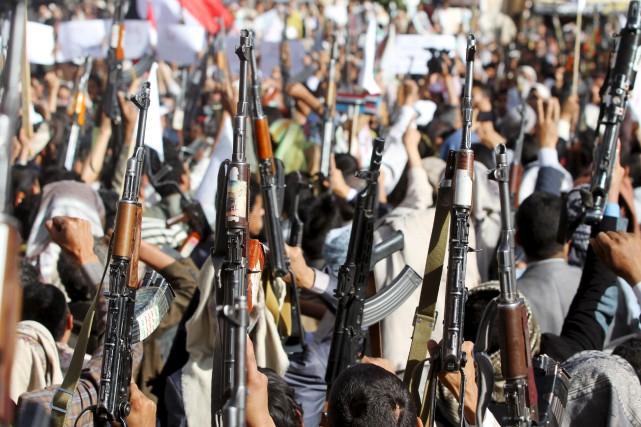 Des membres du groupe séparatiste Houthi démontrent leur... (Photo Mohamed al-Sayaghi, Reuters)