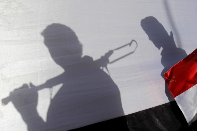 L'ombre de deux combattants houthis est vue à... (PHOTO HANI MOHAMMED, AP)